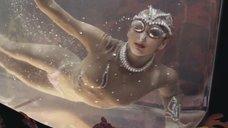 Полуголая девушка танцует в аквариуме