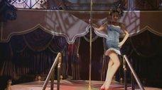 Наталья Орейро танцует возле шеста