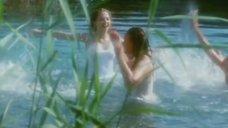 Надежда Горелова и Екатерина Редникова плавают в озере