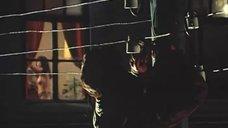 Электрик рассматривает голую девушку в окне