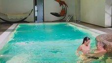 Девушка топлесс купается в бассейне