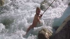 10. Голую Ингеборгу Дапкунайте купают на привязи в реке – Война