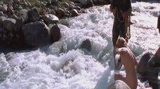 Голую Ингеборгу Дапкунайте купают на привязи в реке