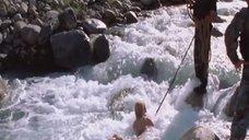 3. Голую Ингеборгу Дапкунайте купают на привязи в реке – Война