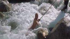6. Голую Ингеборгу Дапкунайте купают на привязи в реке – Война