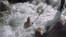 7. Голую Ингеборгу Дапкунайте купают на привязи в реке – Война