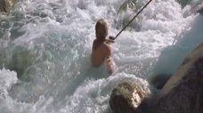 8. Голую Ингеборгу Дапкунайте купают на привязи в реке – Война