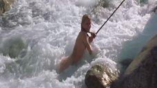 9. Голую Ингеборгу Дапкунайте купают на привязи в реке – Война