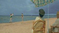 3. Татьяна Полонская и Татьяна Колганова в купальниках играют на пляже – Черный ворон