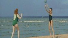 Татьяна Полонская и Татьяна Колганова в купальниках играют на пляже