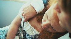3. У спящей Ксении Радченко рассматривают голую грудь – Пикап: Съём без правил