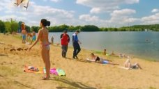 2. К Анжелике Кашириной пристают на пляже – Даёшь молодёжь!