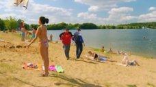 3. К Анжелике Кашириной пристают на пляже – Даёшь молодёжь!