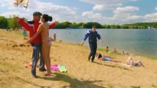 4. К Анжелике Кашириной пристают на пляже – Даёшь молодёжь!