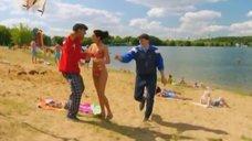 6. К Анжелике Кашириной пристают на пляже – Даёшь молодёжь!