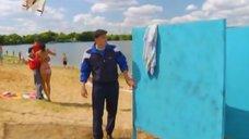 9. К Анжелике Кашириной пристают на пляже – Даёшь молодёжь!