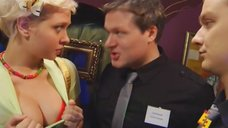 Надежда Иванова и Анжелика Каширина показывают бюст на входе в клуб