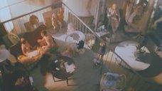 Дина Корзун без одежды сидит на кровати
