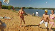 2. Анжелика Каширина и Евгения Крегжде развлекаются на пляже – Даёшь молодёжь!