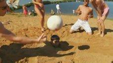 3. Анжелика Каширина и Евгения Крегжде развлекаются на пляже – Даёшь молодёжь!