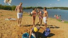 7. Анжелика Каширина и Евгения Крегжде развлекаются на пляже – Даёшь молодёжь!