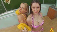 1. Анна Хилькевич и Евгения Крегжде в купальниках моют доску – Даёшь молодёжь!