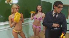 12. Анна Хилькевич и Евгения Крегжде в купальниках моют доску – Даёшь молодёжь!