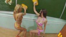 4. Анна Хилькевич и Евгения Крегжде в купальниках моют доску – Даёшь молодёжь!
