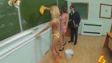 6. Анна Хилькевич и Евгения Крегжде в купальниках моют доску – Даёшь молодёжь!