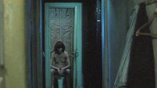 Ольга Конская сидит на унитазе