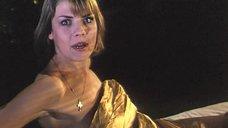 Ксения Назарова в спешке одевает трусы