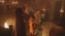 Обнаженная Жанна Обухова на коленях перед королевой