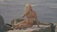 Сексуальная Наталья Богунова загорает на камне