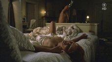 Маленькая голая грудь Марии Семеновой
