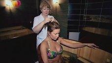 Анастасия Осипова в купальнике релаксирует в купеле
