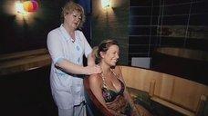 5. Анастасия Осипова в купальнике релаксирует в купеле