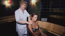 6. Анастасия Осипова в купальнике релаксирует в купеле