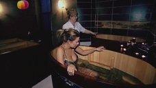 7. Анастасия Осипова в купальнике релаксирует в купеле