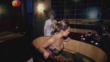 8. Анастасия Осипова в купальнике релаксирует в купеле