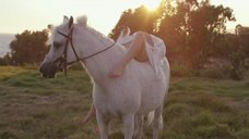 Эротичная Леди Гага в халате на коне