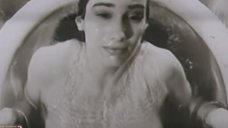 Пышногрудая Елена Никитина выныривает из воды