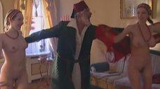 Полностью голые Любовь Медведева и Елена Лущик танцуют