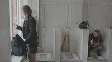 10. Яна Новикова делает тест на беременность в туалете – Племя
