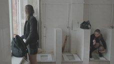 11. Яна Новикова делает тест на беременность в туалете – Племя