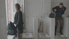 14. Яна Новикова делает тест на беременность в туалете – Племя