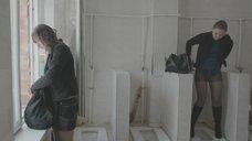2. Яна Новикова делает тест на беременность в туалете – Племя