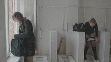 3. Яна Новикова делает тест на беременность в туалете – Племя