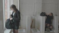 5. Яна Новикова делает тест на беременность в туалете – Племя