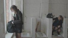6. Яна Новикова делает тест на беременность в туалете – Племя