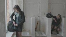 Яна Новикова делает тест на беременность в туалете